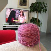 Pelote de laine en premier plan, ma télévision en second plan.