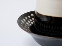 Détails, coupe porcelaine 'tenmoku' noir à pois blanc et gobelet porcelaine émail 'goutte d'huile' et blanc.