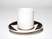 Tasse émaillée blanc, 12 cm x 7 cm, et sous-coupe, porcelaine.