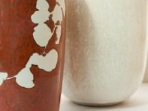 """Détails, vases; email """"kaki"""", dessin de ronce en réserve, Hommage à Kelly Ellsworth, et vase email coquillage."""