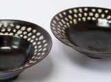 Coupe porcelaine 'tenmoku', à pois blanc, 17 cm x 5 cm.