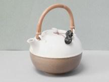 Théière en porcelaine, 20 cm x 20 cm, émail 'cuir' couleur sable, et blanc. Perles d'Afrique.