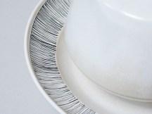 Détails, dessin à la plume sur plat en porcelaine, 28 cm x 6 cm, émail 'titane'.