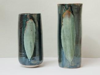 Hommage à Kelly Ellsworth, Palme, vases en grès, émail 'gouttes d'huile' et gris bleu, 30 cm x 11 cm.