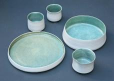 Assiette, plat et tasses, émail bleu, porcelaine.