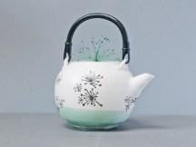 Théière porcelaine, émail celadon et dessins à la plume, couvercle brodé.
