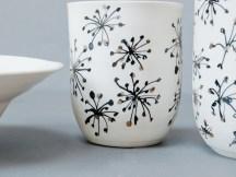 gobelets porcelaine, email blanc, dessin à la plume, or, 12 cm x 7 cm.