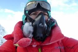 Sophie gelée pendant l'ascension vers le sommet