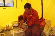 préparation du Lama avant la puja