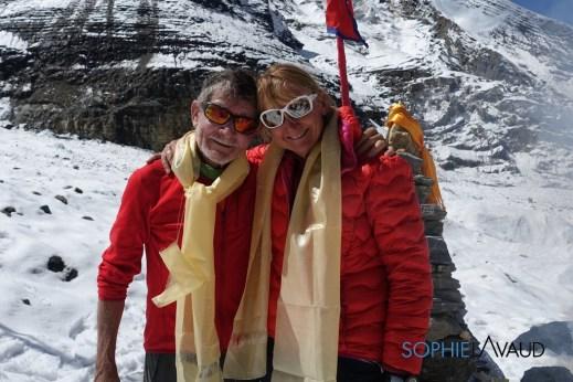 Sophie avec Carlos Soria pendant la puja