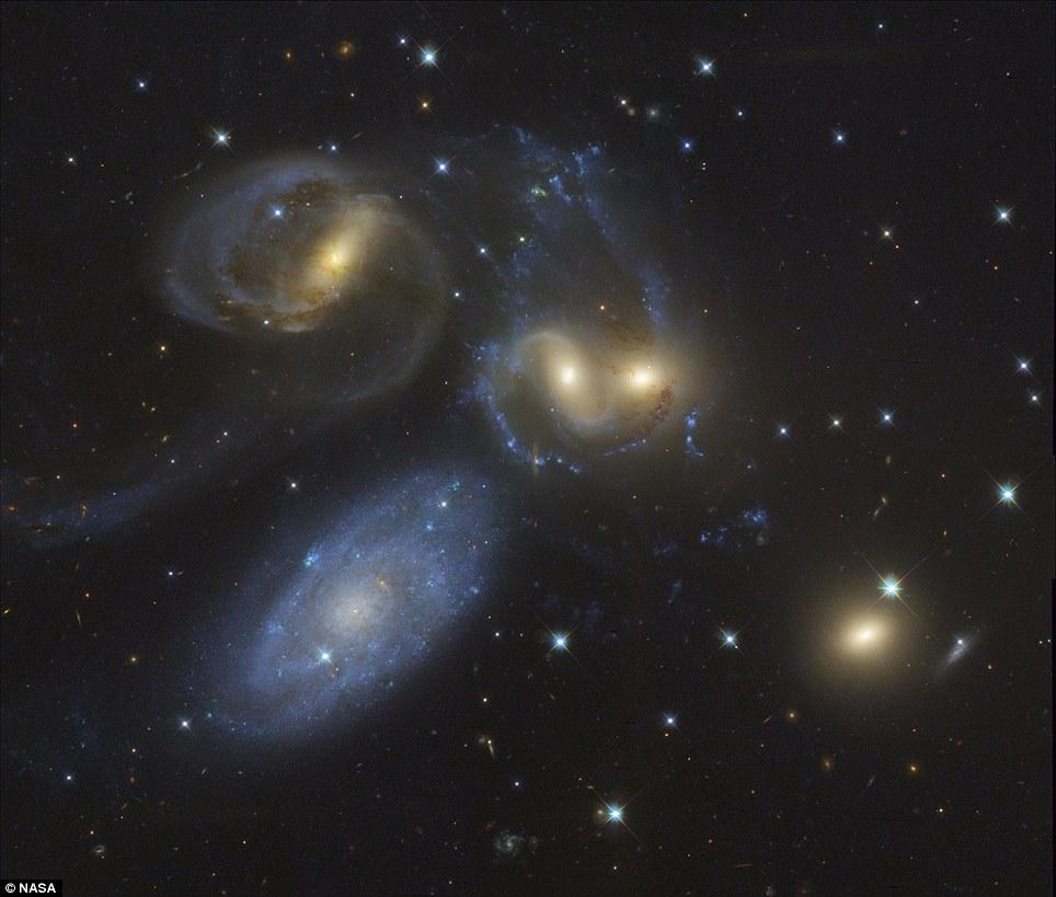 Danza galáctica a 300 millones de años luz