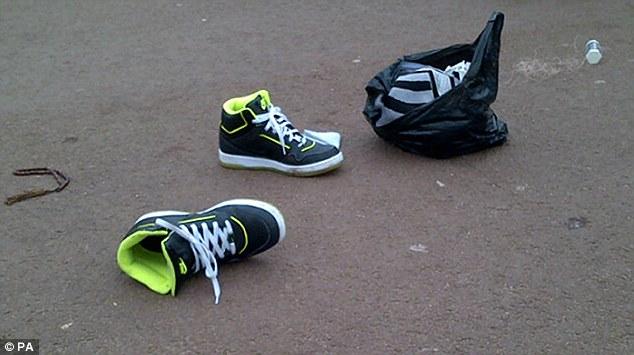 En la escena, un par de tenis Nike y una bolsa.