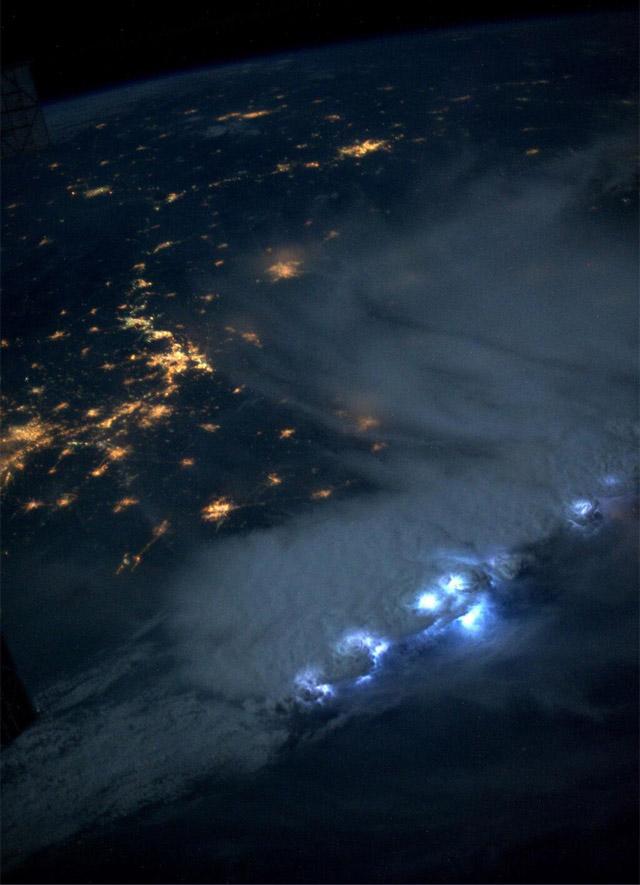 Tormenta-electrica-desde-el-espacio-06