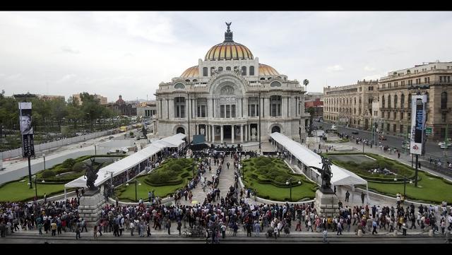 filas-de-personas-esperan-afuera-del-palacio-de-bellas-artes-en-la-ciudad-de-mxico-para-acudir-al-homenaje-de-gabo