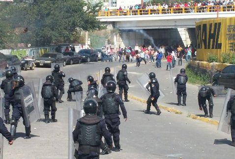 manifestantes-replegados-policia_MILIMA20141111_0195_11