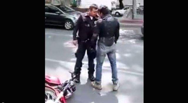 Video: Policía y motociclista se agarran a golpes