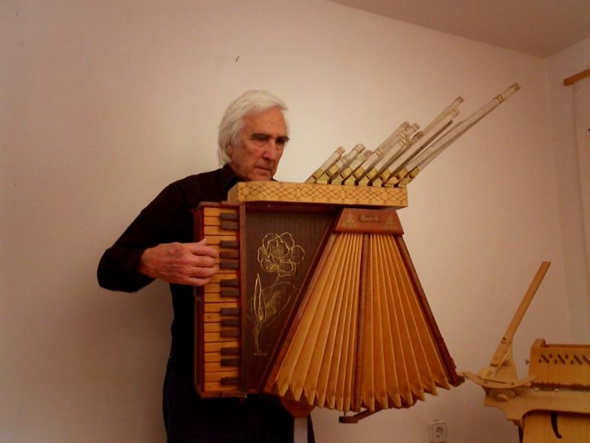 Joaquin Saura con órgano papel (1)
