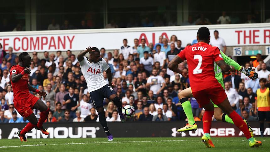 Danny Rose al momento de marcar el gol que empató el juego ante el liverpool