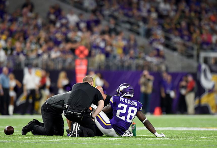 Adrian Peterson lesionado en el suelo