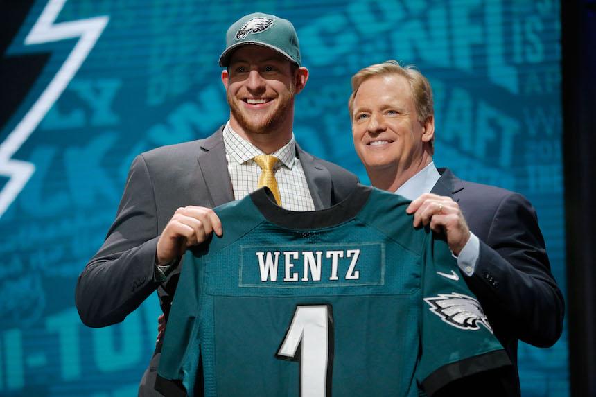 Carson Wentz no tendrá que esperar mucho para recibir su primera oportunidad para brillar en la NFL