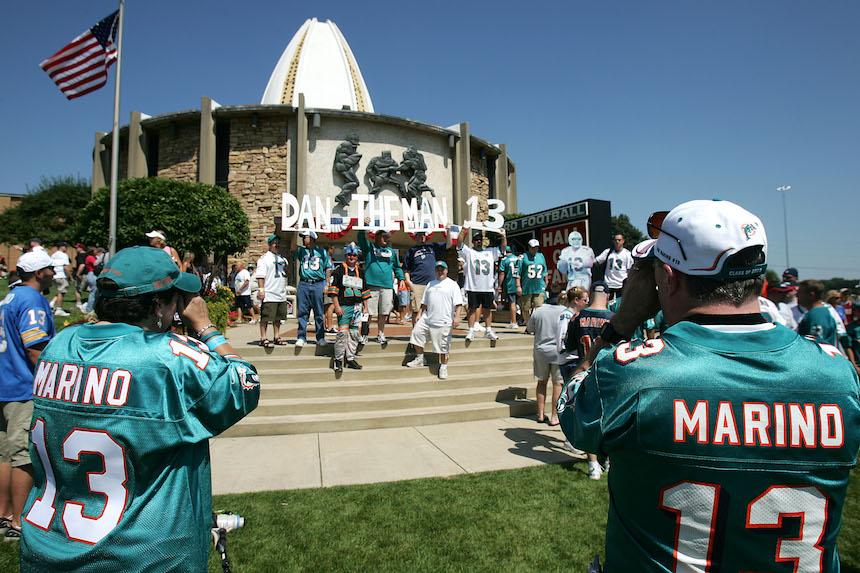 Fans con el jersey de Dan Marino en el Salón de la Fama
