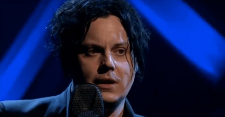 Jack White se presentó con Jools Holland para tocar un tema de The White Stripes.
