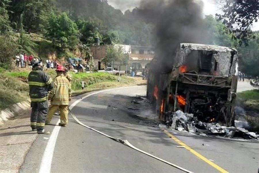 normalistas-michoacan-detienen-quema-autobuses