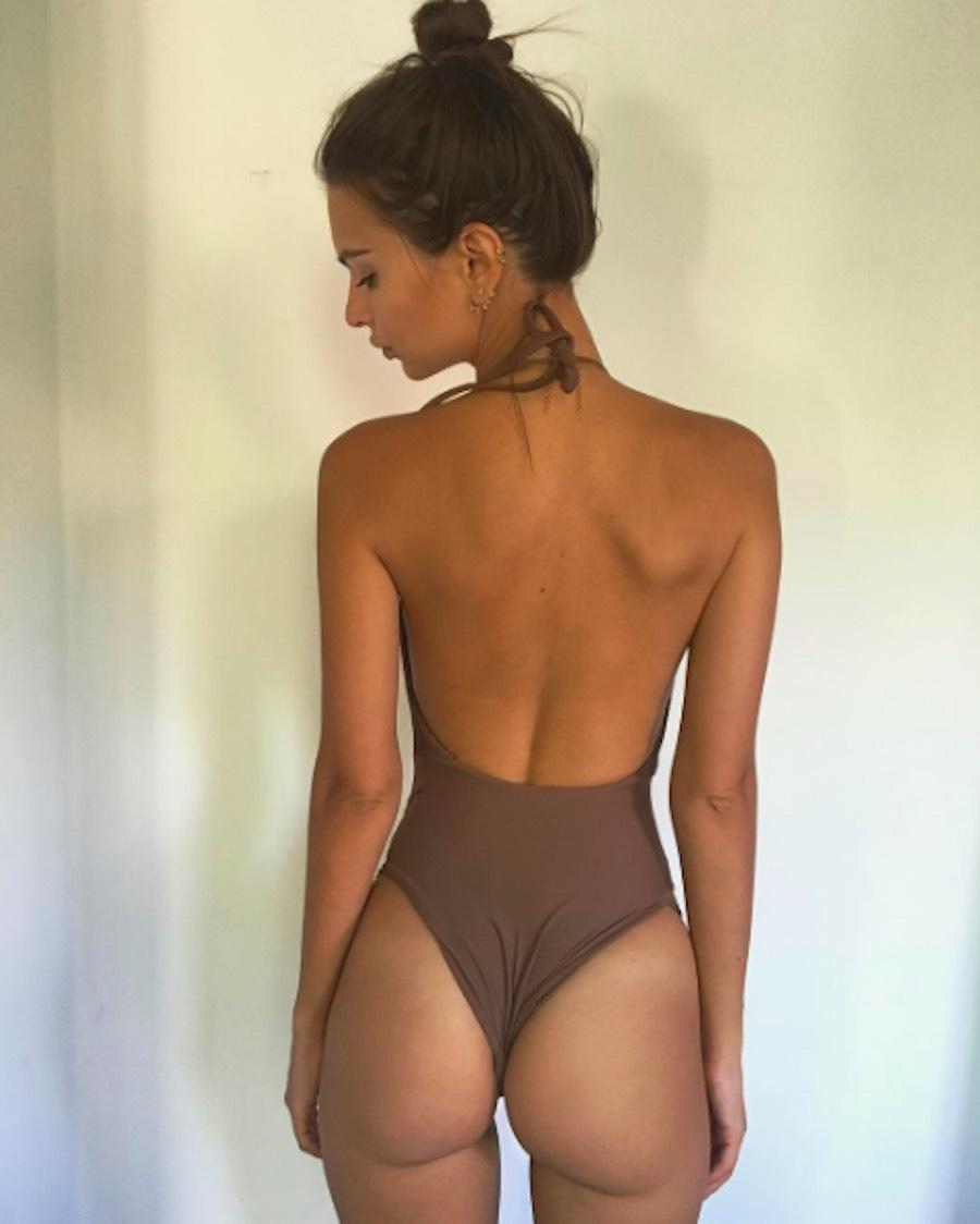Emily Ratajkowski de espaldas