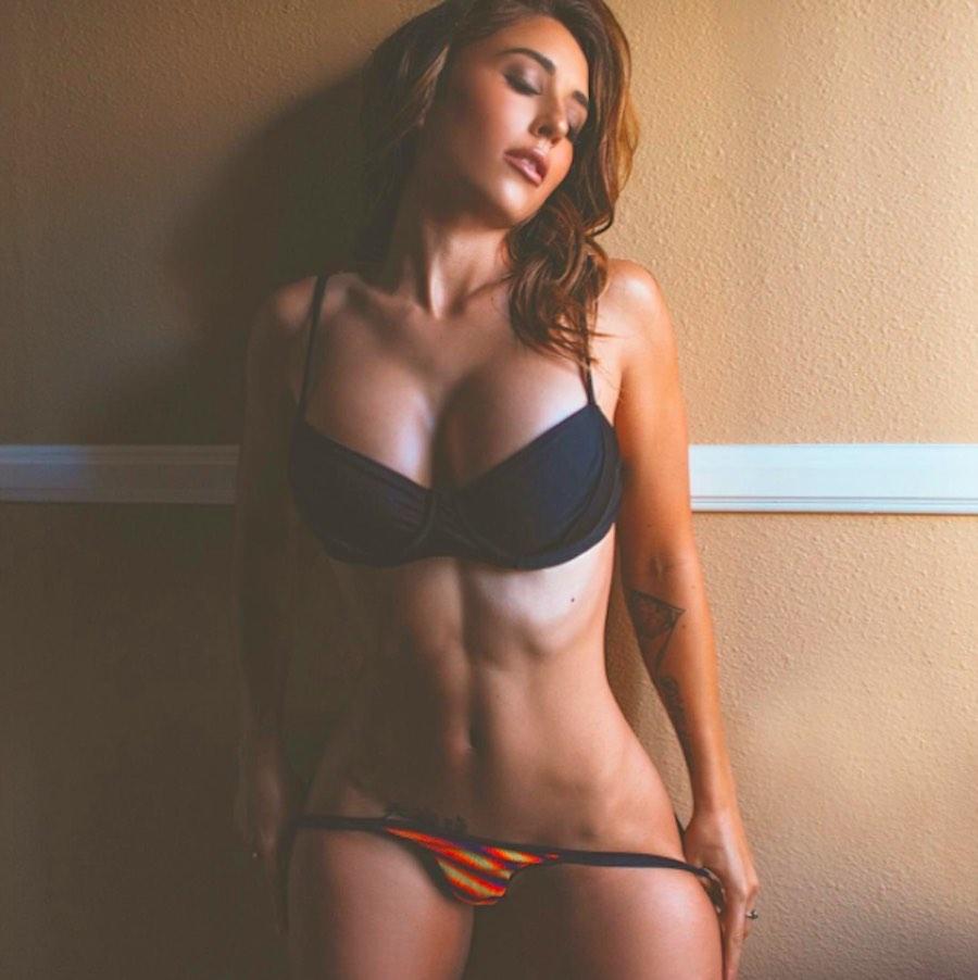 Tianna Gregory modelando