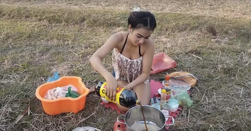 Una chica en Camboya cocina huevos con refresco