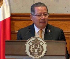Flavino Ríos dando un discurso.
