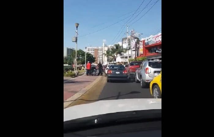 """Momento en que taxista hace caminar a """"inválido"""""""