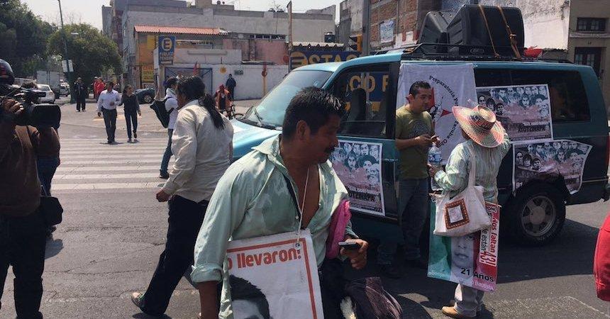 Padres de Ayotzinapa protesta frente a Gobernación