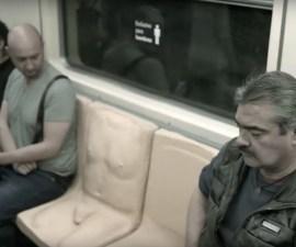 Molde con forma de pene en el metro
