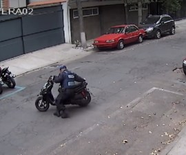 Policía SSP arrastra moto para infraccionarla