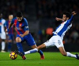 Diego Reyes barre frente a Luis Suarez del Barcelona