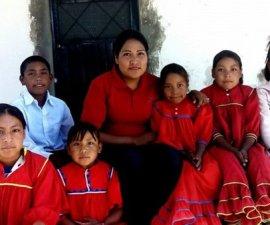 La maestra Adilene con sus alumnos