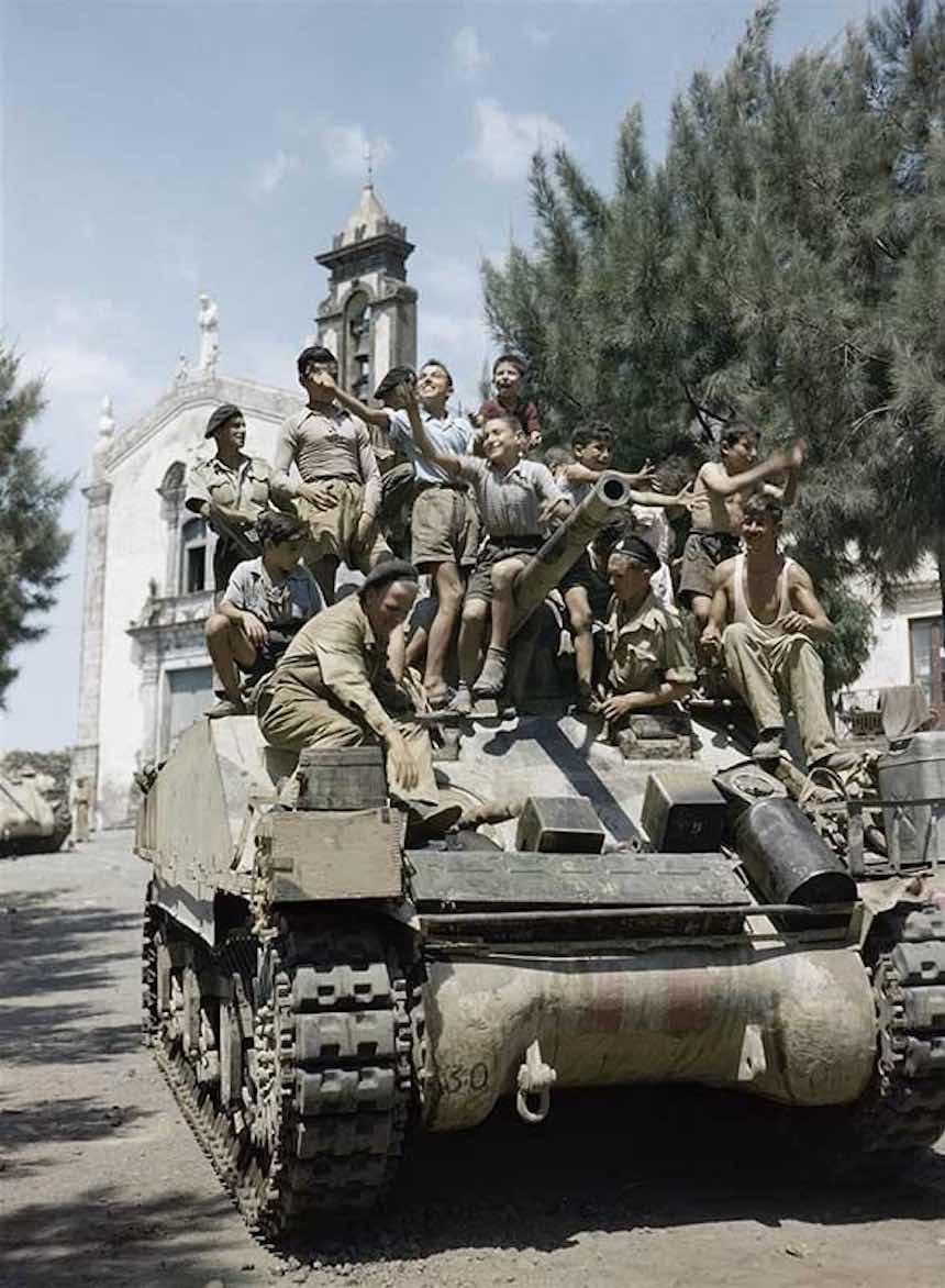Segunda Guerra Mundial - Niños en un tanque