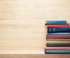 Libros sobre repisa