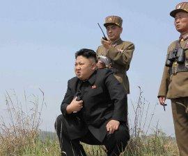 Lider de Corea del Norte acompañado de dos militares