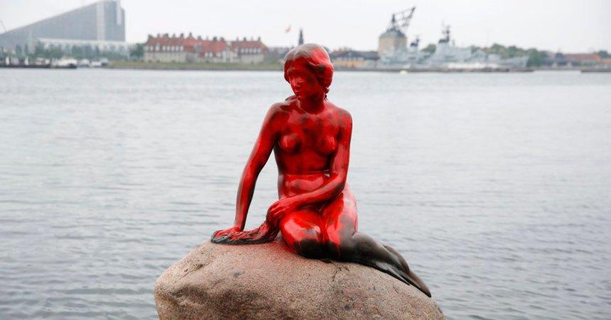 La sirenita de Copenhague pintada de rojo