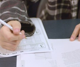 estudiante haciendo un examen de opción múltiple
