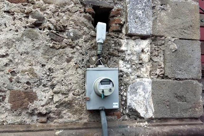 Iglesia roba luz a través de una instalación clandestina