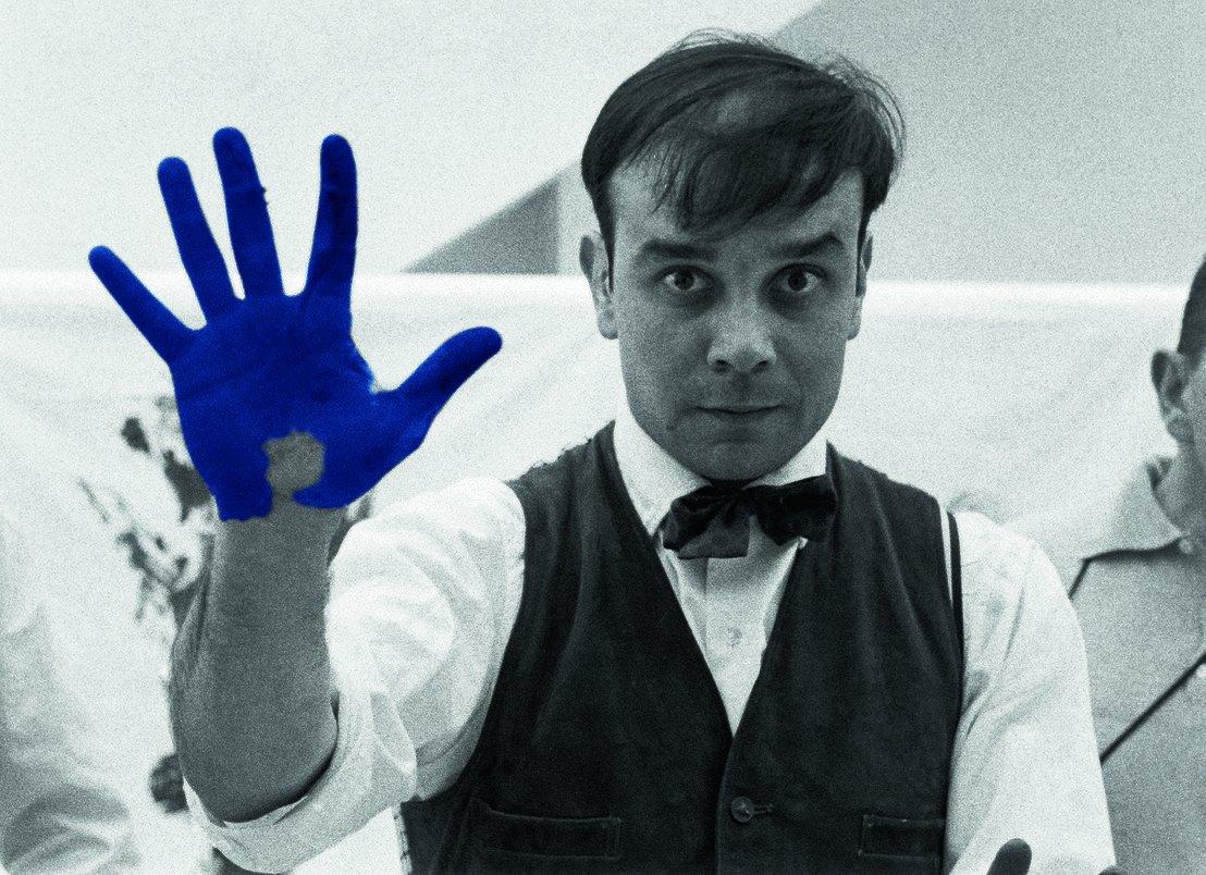 Yves Klein con mano pintada de azul