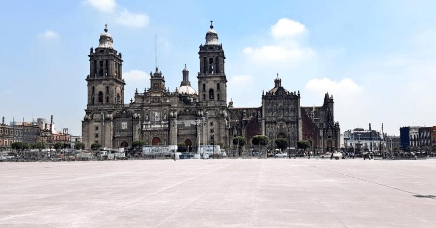 Zócalo renovado con vista a la Catedral Metropolitana