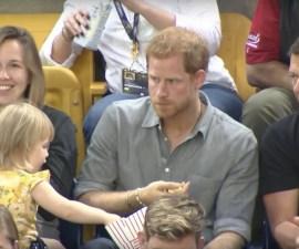 El príncipe Harry comiendo palomitas