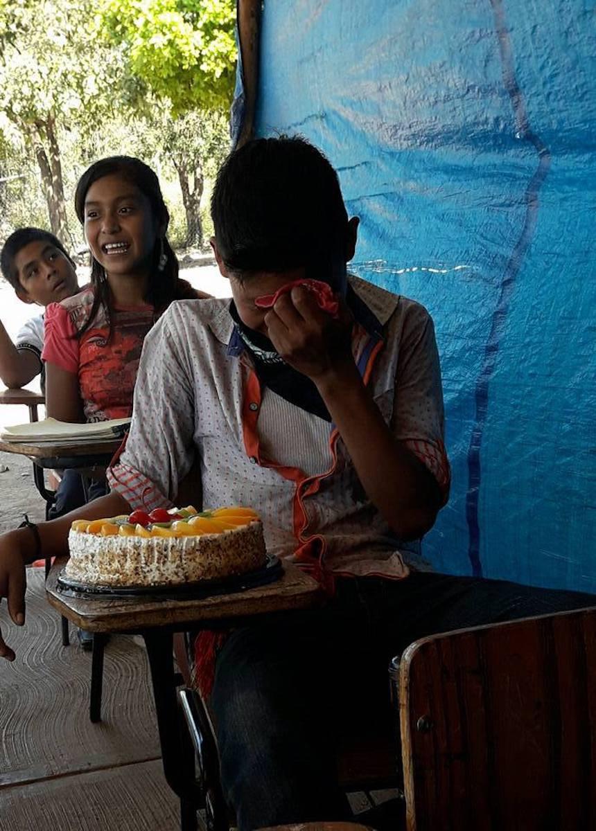 Niño en nayarit llora al recibir su pastel