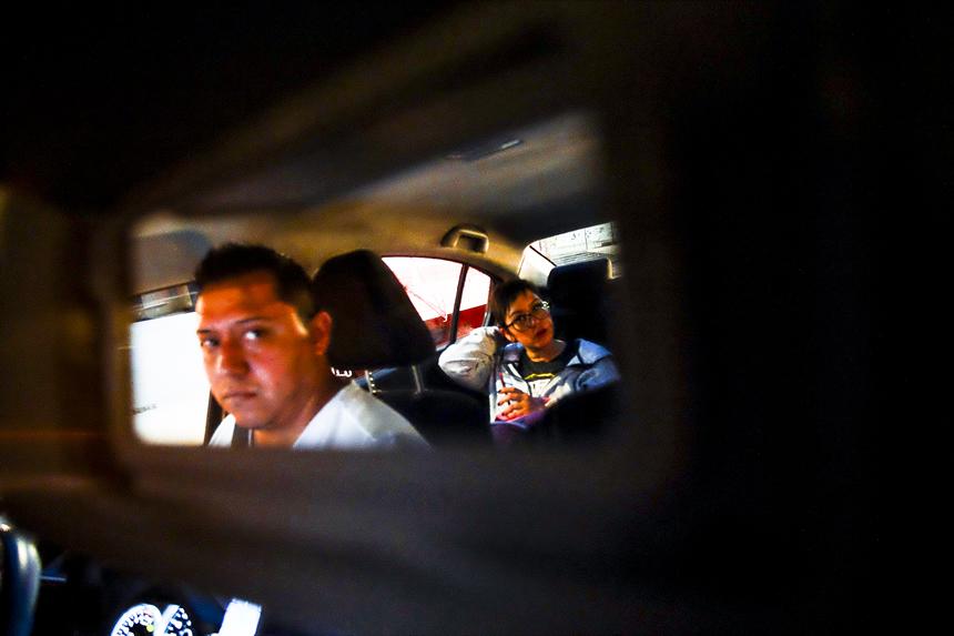 taxista viendo mujer por el retrovisor