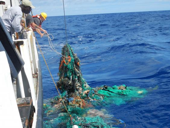 Con esta maquina buscan limpiar la basura que flota en el Océano Pacífico