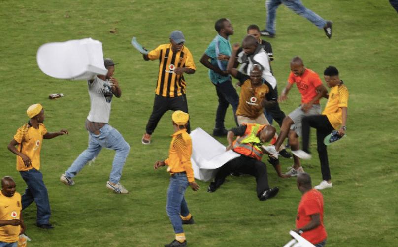 ¡Violencia en el futbol de Sudáfrica! pierden los Kaizer Chiefs y los fans se vuelven locos